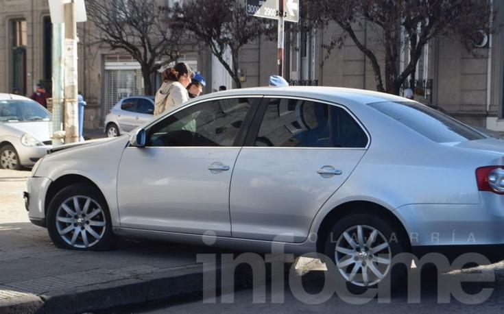 Fuerte choque en el microcentro: un auto terminó en la vereda