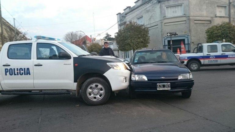Choque entre un móvil policial y un auto