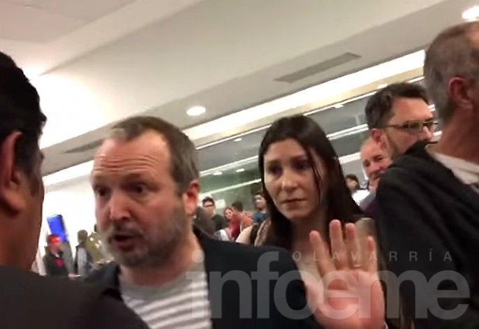 Escracharon a Sabbatella en el aeropuerto y perdió el vuelo