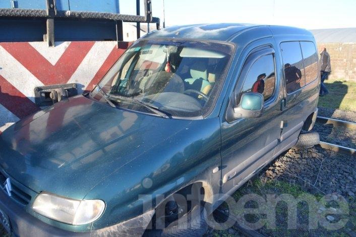 Una camioneta fue arrollada por un tren que la arrastró cien metros