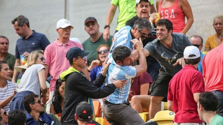 Hinchas argentinos a las piñas en partido de Del Potro