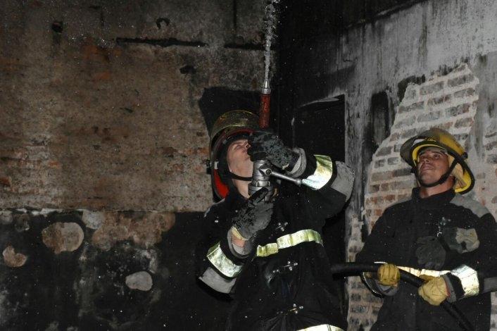 Así trabajaba bomberos en el techo de la casa