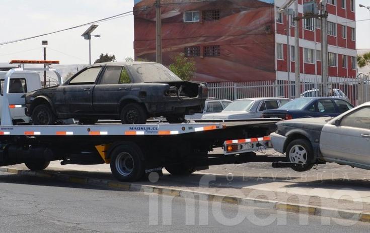 Multan y retiran vehículos abandonados de la vía pública