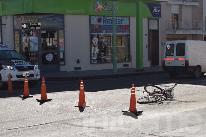 Trasladan al hospital una ciclista tras chocar con camioneta