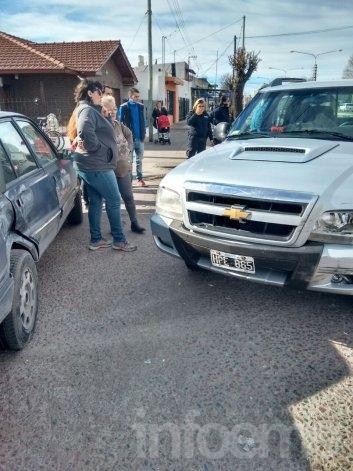 Dos automovilistas chocaron en una rotonda