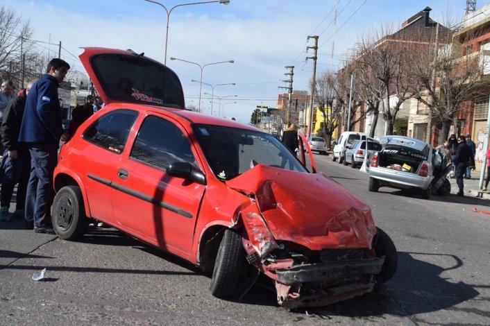 Violentísimo choque entre tres autos: cuatro heridos