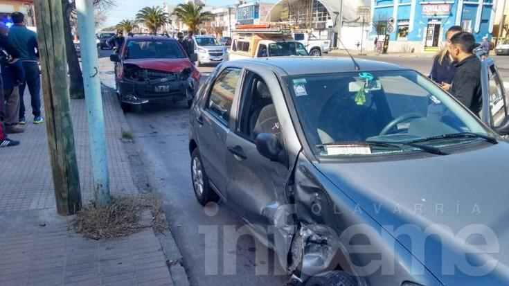 Fuerte choque entre dos vehículos en avenida Del Valle