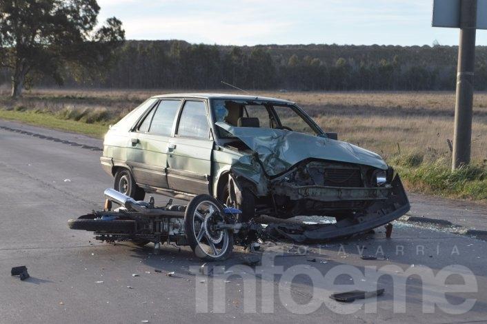 Violento accidente entre dos motos y un auto: un herido