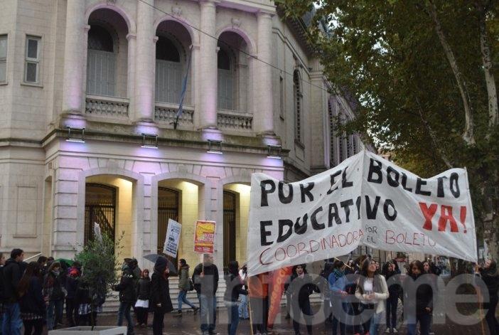 """Los estudiantes van por la """"efectiva implementación"""" del boleto gratuito"""