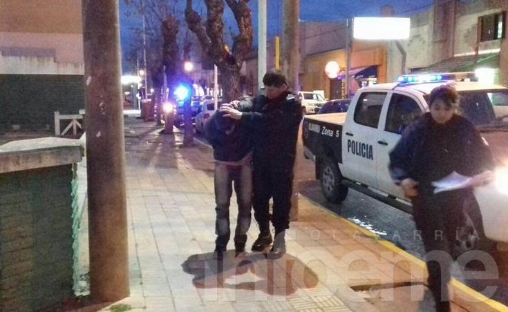 Atrapan a dos jóvenes que circulaban en motos robadas