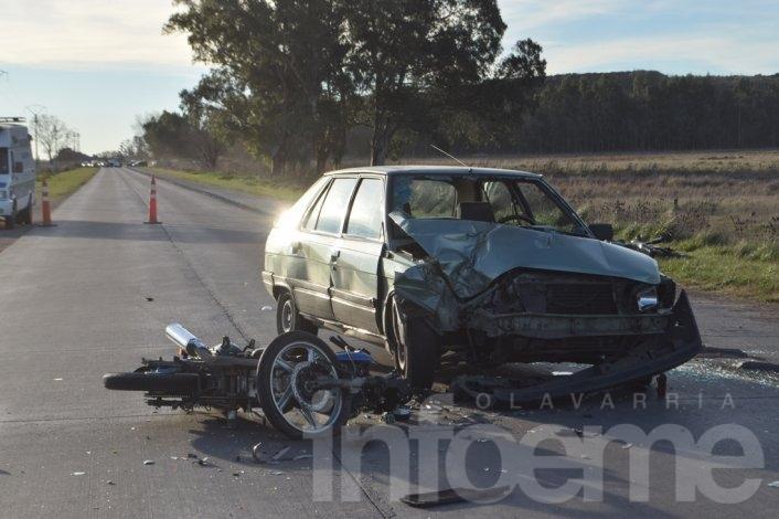 Sigue en grave estado el motociclista accidentado y mejora el obrero