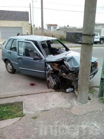 Automovilista impactó fuertemente contra poste de luz
