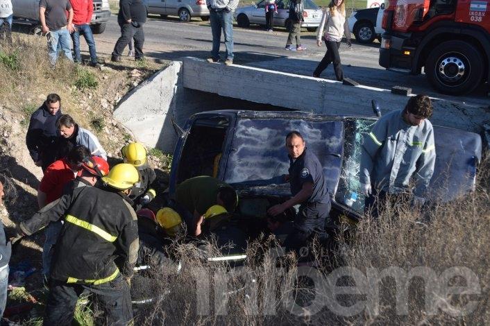 Impactante vuelco: auto quedó dentro de un zanjón y una mujer está grave