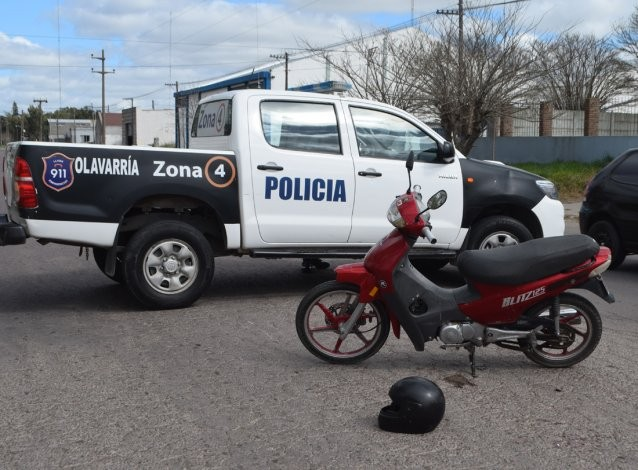 Chocaron moto y un auto: tres heridas