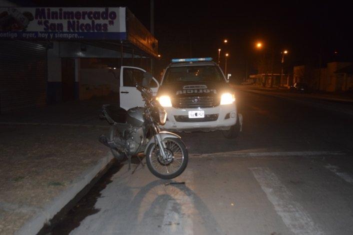 Rozó con su moto a un camión y fue hospitalizado