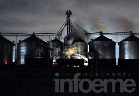 Humo y fuerte olor en la Ciudad por incendio en una cerealera