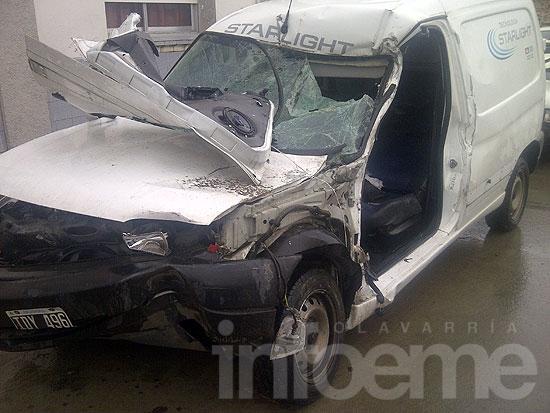 Joven conductor en grave estado tras chocar con camión