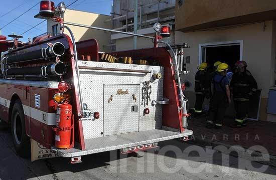 Tres dotaciones de bomberos trabajaron por incendio de vivienda