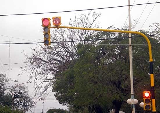 Sugieren poner segunderos en semáforos, para evitar choques