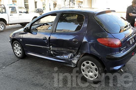Una joven herida en violento choque entre dos autos