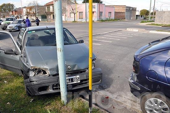 Chocan en una esquina con semáforo