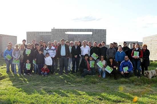 Más de 20 familias de Hinojo construirán su propia casa
