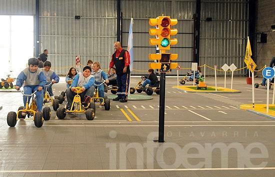Un parque infantil de tránsito y un aula rodante para concientizar sobre educación vial