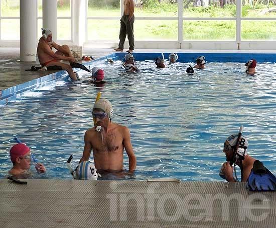 ¿Hockey debajo del agua?: disciplina novedosa en piletas