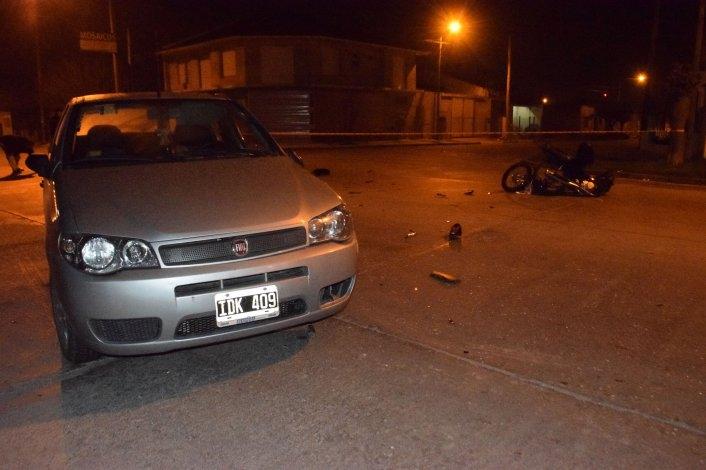 Un joven sufrió heridas tras chocar su moto con un auto