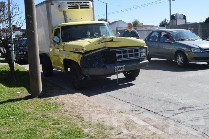 Fuerte choque entre dos camionetas
