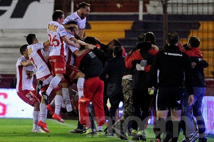 San Lorenzo perdió el clásico y el torneo quedó al rojo vivo