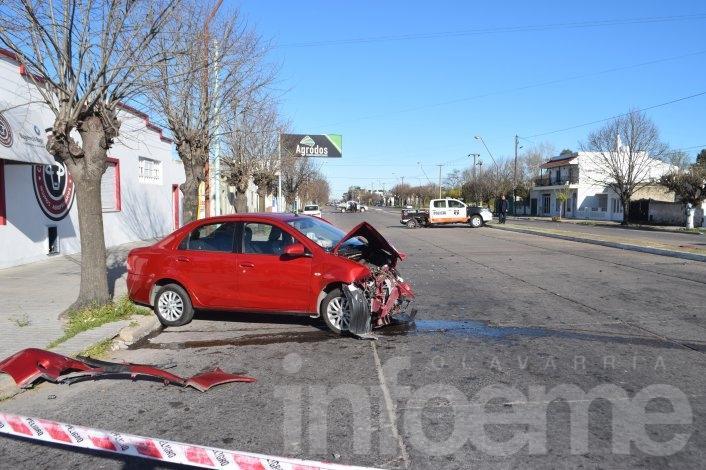 Fuerte impacto entre un flamante móvil policial y un auto