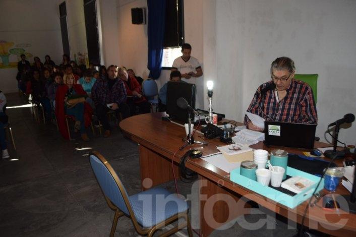 A sala llena, Víctor Hugo emite su programa radial con varios entrevistados políticos