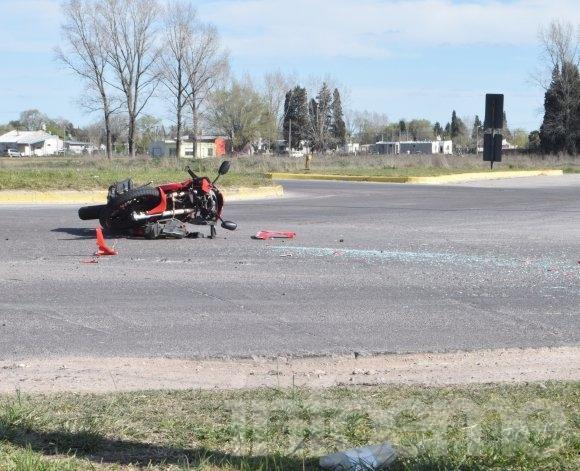 Auto y moto chocaron en una rotonda
