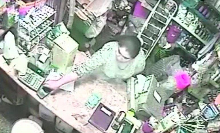 Simuló realizar una compra y se robó un teléfono celular