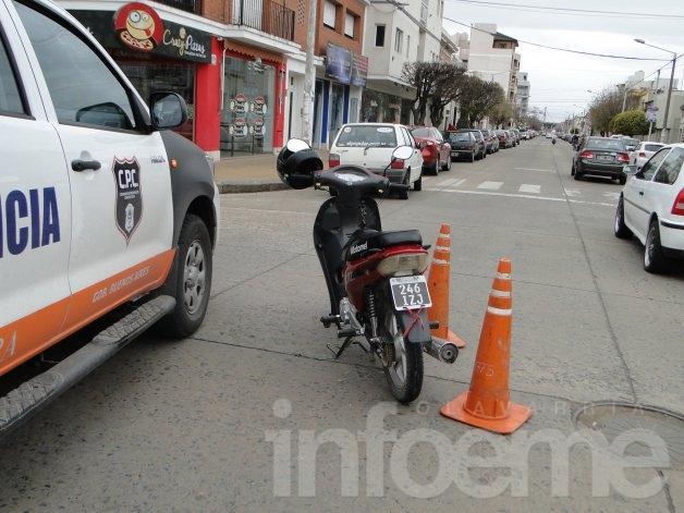 Motociclista herida en choque con remís