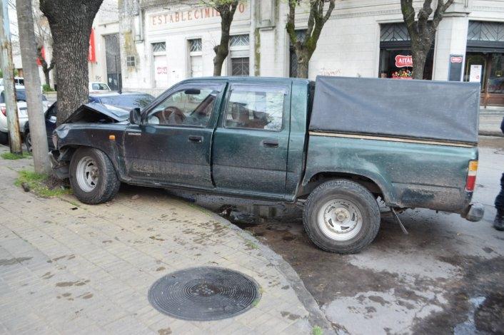 Esquivó un auto y chocó una planta en pleno centro