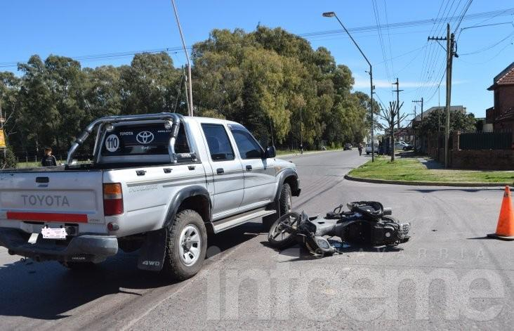 Una moto y una camioneta chocaron en una rotonda