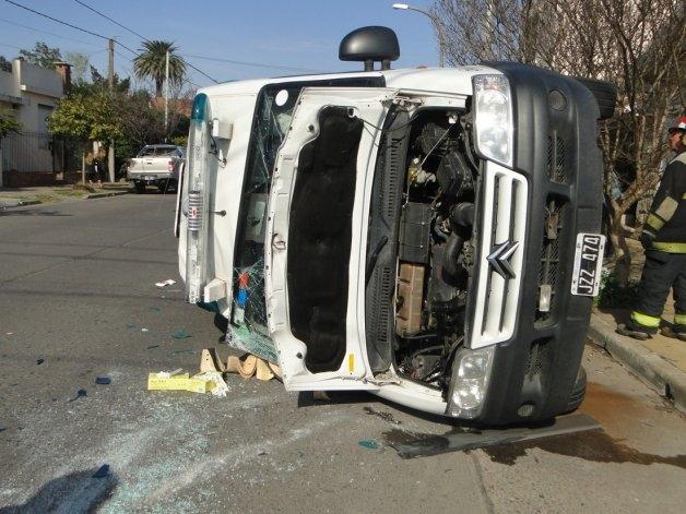 Ambulancia chocó con camión y volcó: tres heridos