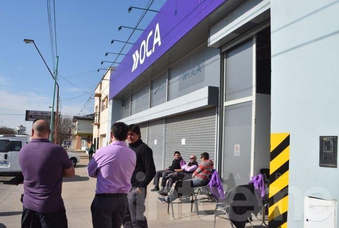Trabajadores realizan paro y reclamo en la oficina de Oca