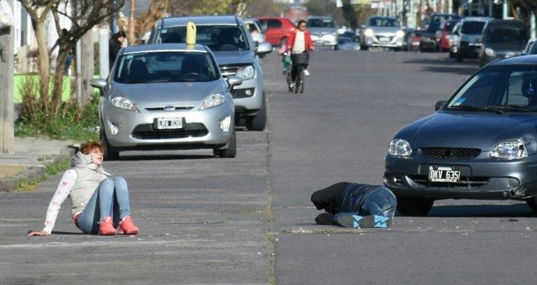 Fuerte choque: quedaron tendidos en el suelo y fueron hospitalizados