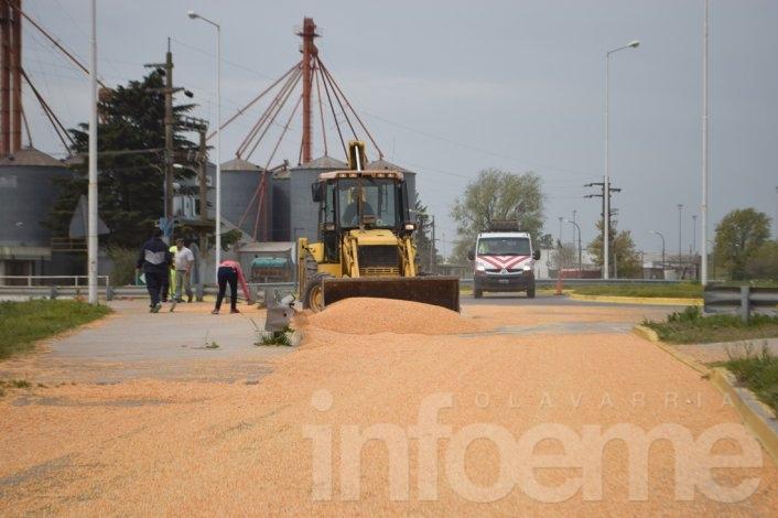 Perdió su carga de 6 mil kilos de maíz en una rotonda