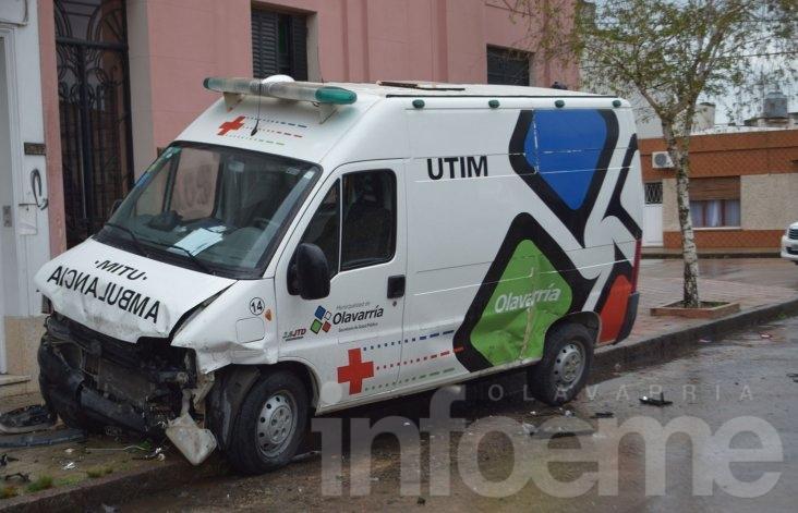 Tremendo accidente: una ambulancia, tres autos desparramados y dos heridos