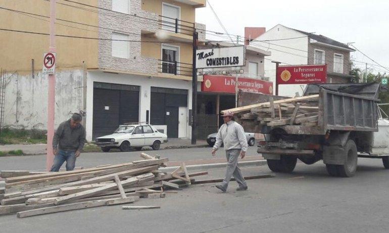 Camión perdió su carga en avenida Colón