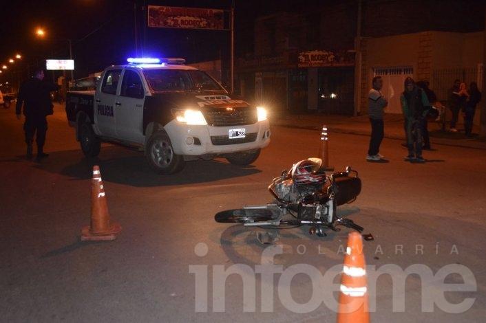 Choque entre una moto y un auto, un herido