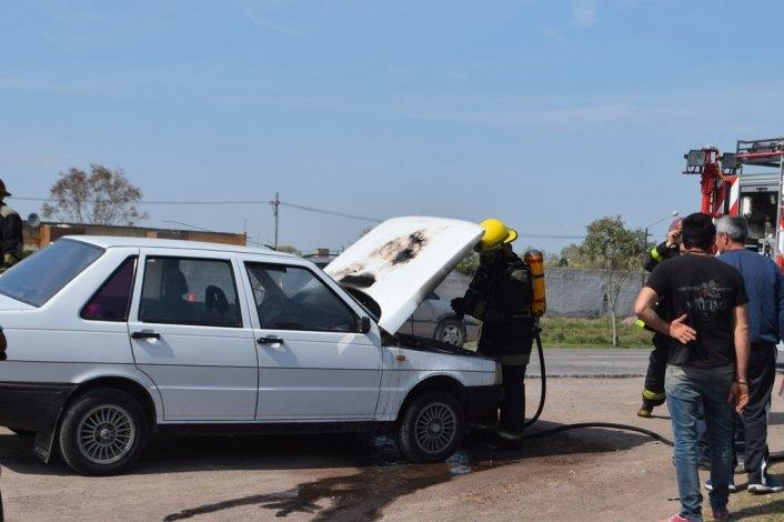 Un auto sufrió daños por un incendio