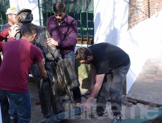 """Emplazaron la escultura del """"Abuelo Inmigrante"""""""
