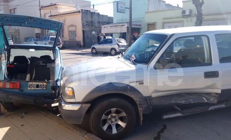 Tres vehículos involucrados en un fuerte choque