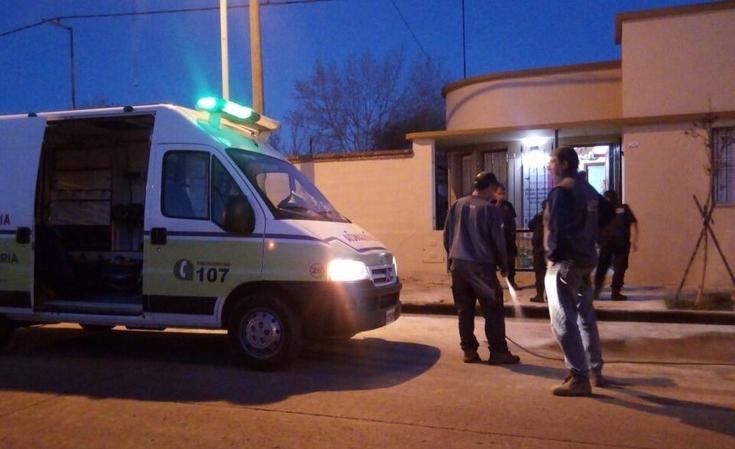 En extraño episodio se incendiaron dos autos y una mujer fue asistida por personal médico