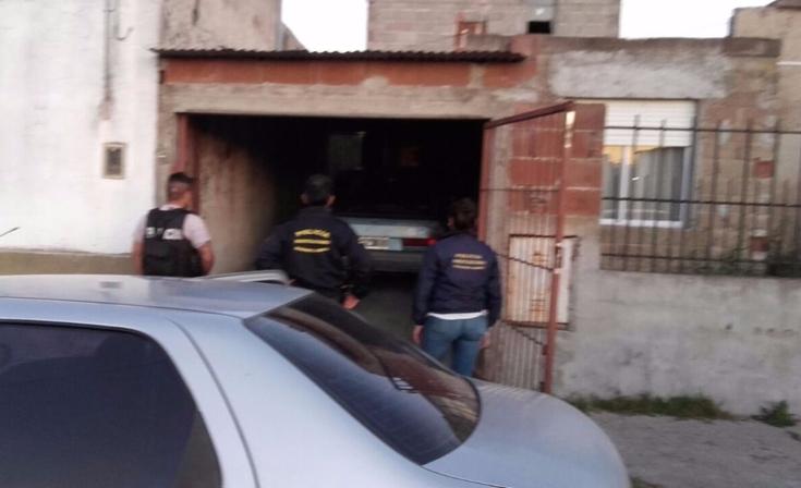 Robaron fuera del cementerio, los atraparon y allanaron una casa